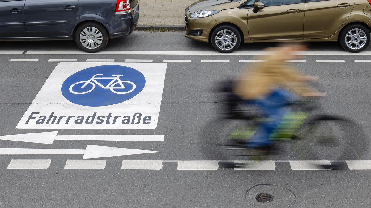 Fahrradfahrer fahren auf einer Fahrradstraße