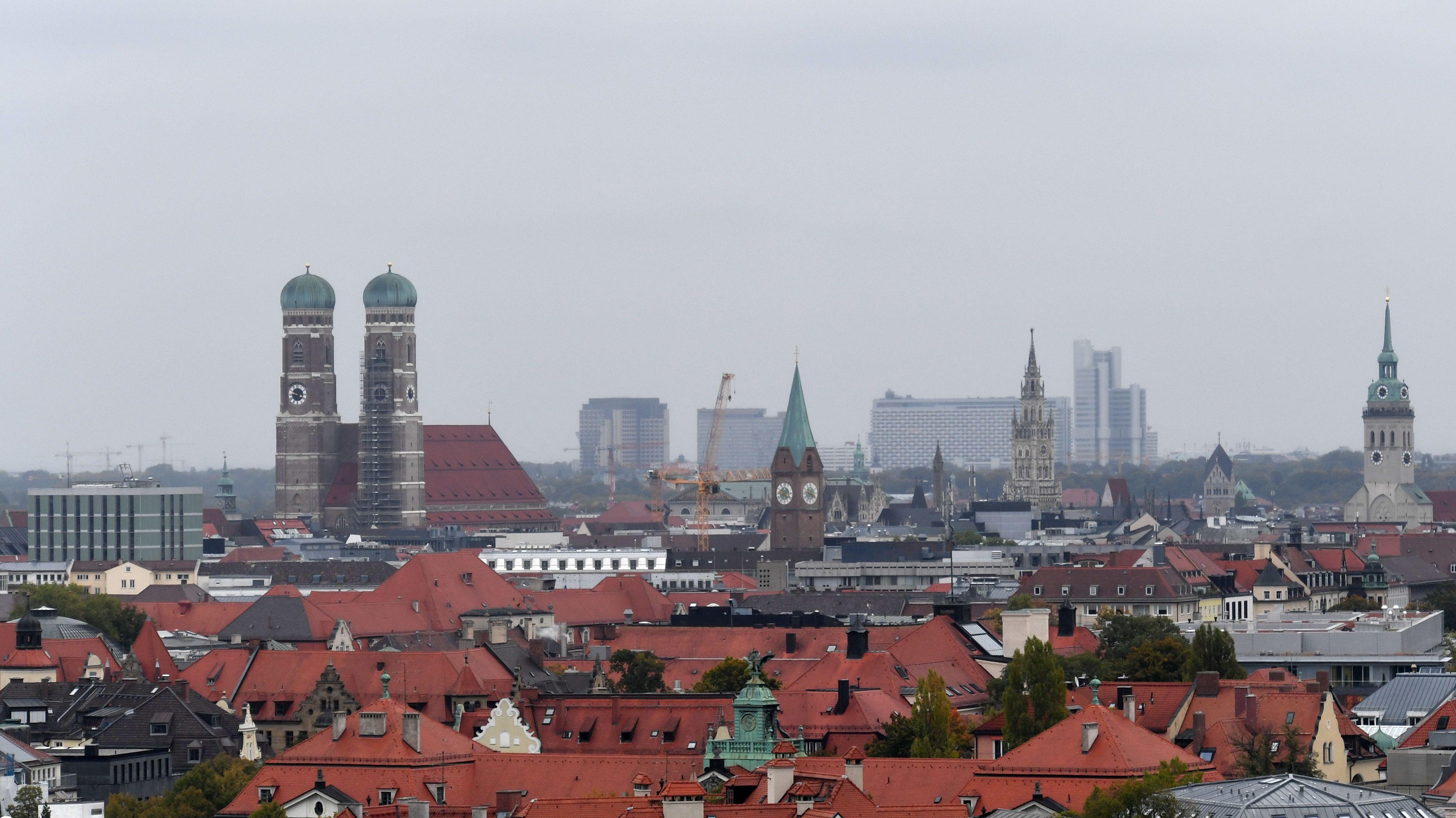 Blick auf die Stadt München mit der Frauenkirche und den Hochhäusern im Münchner Osten im Hintergrund.