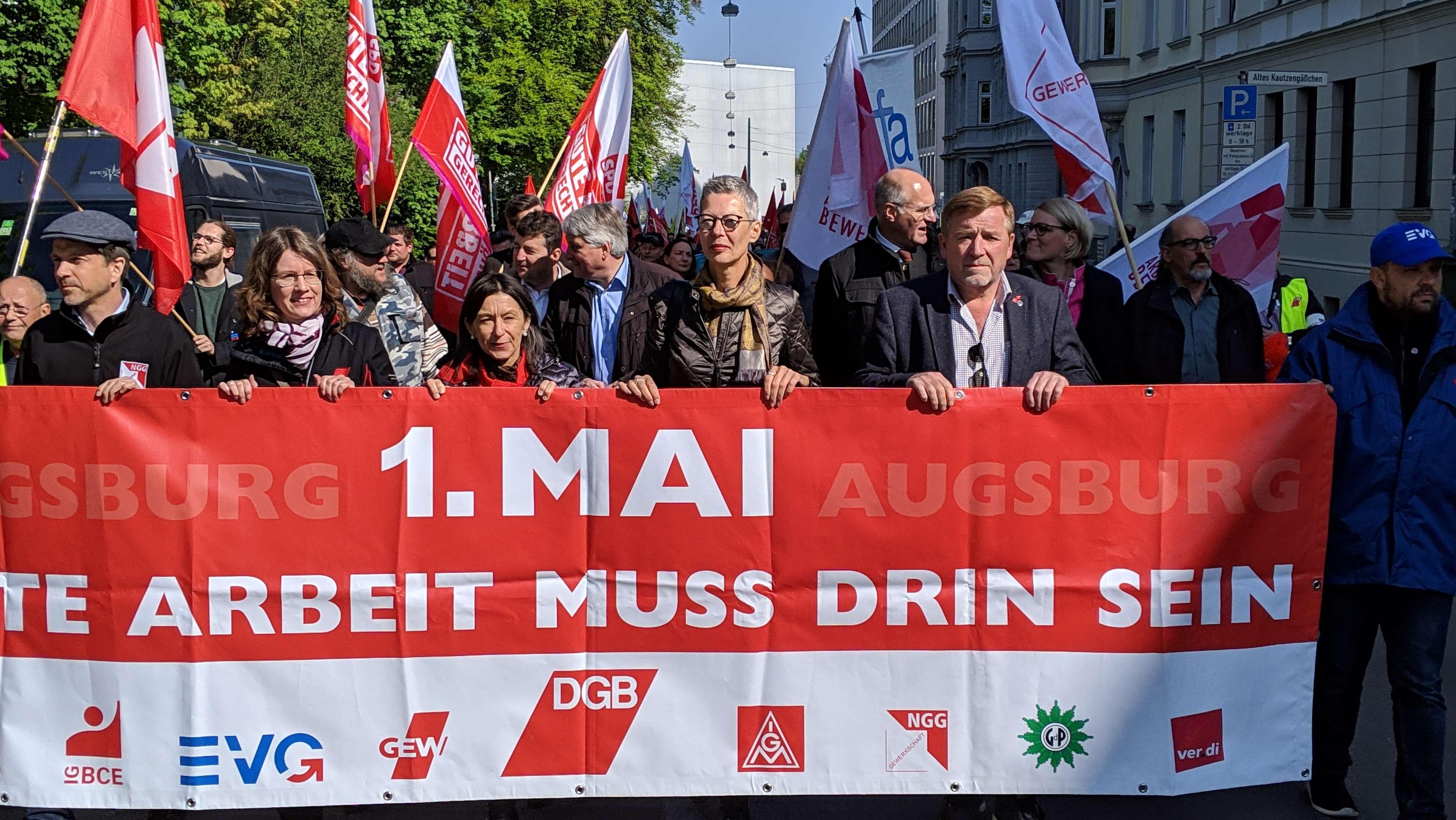 Die DGB-Demonstration zum 1. Mai in Augsburg. Auf einem Transparent steht: Gute Arbeit muss drin sein