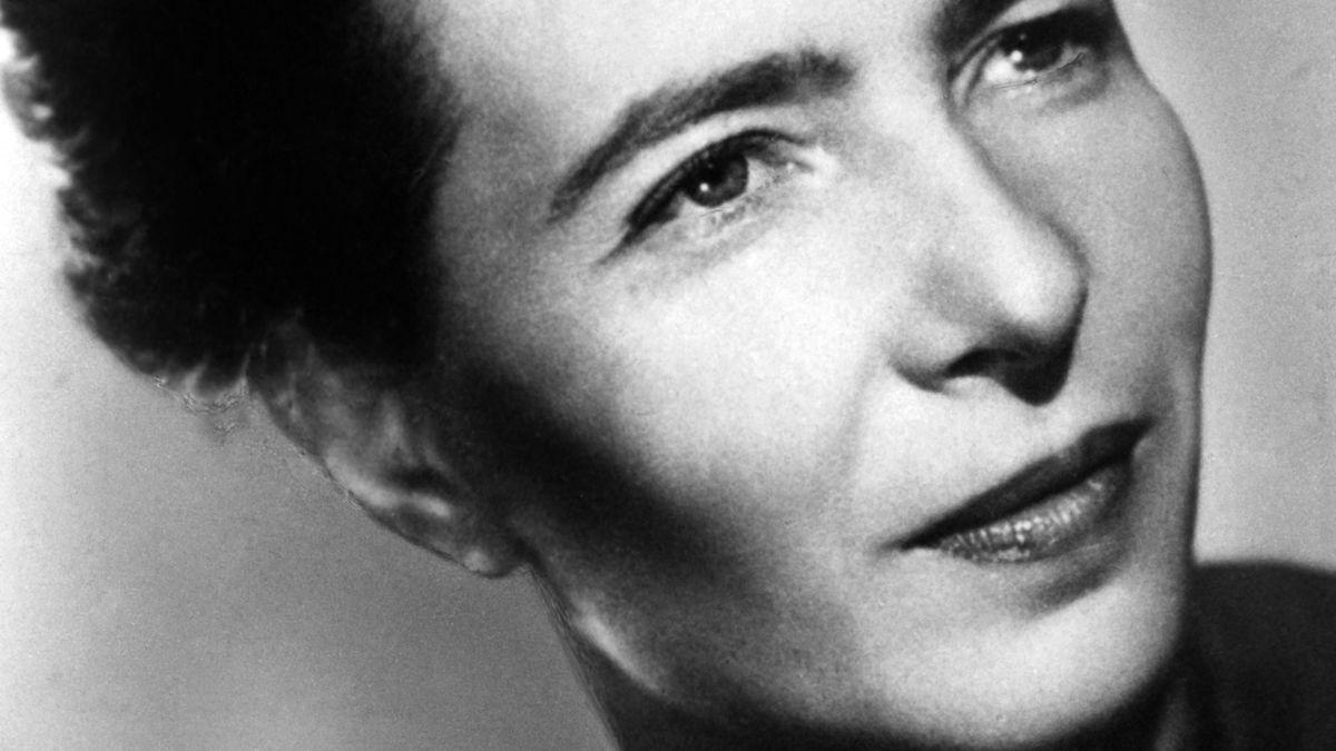 Schwarzweiß-Porträt einer schönen Frau mit hochgestecktem schwarzen Haar:  Simone de Beauvoir.