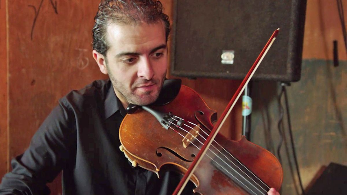 Musiker und Flüchtling Shadi Hlal bei einem Konzert in München