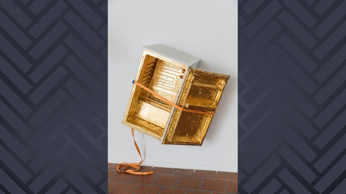 """""""Irische_Butter"""" (2020, Kühlschrank, Schlagmetall, Spanngurt, Karton, Acryllack)"""