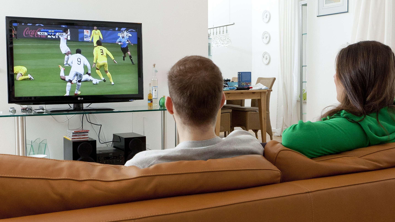 Zuschauer verfolgen Fußballspiel im Fernsehen (Symbolbild)