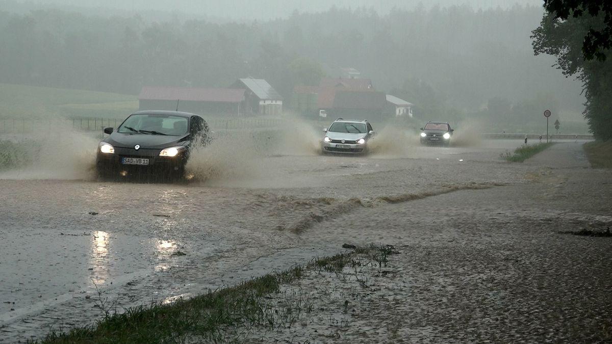 Überschwemmte Straßen bei Hainsacker im Landkreis Regensburg