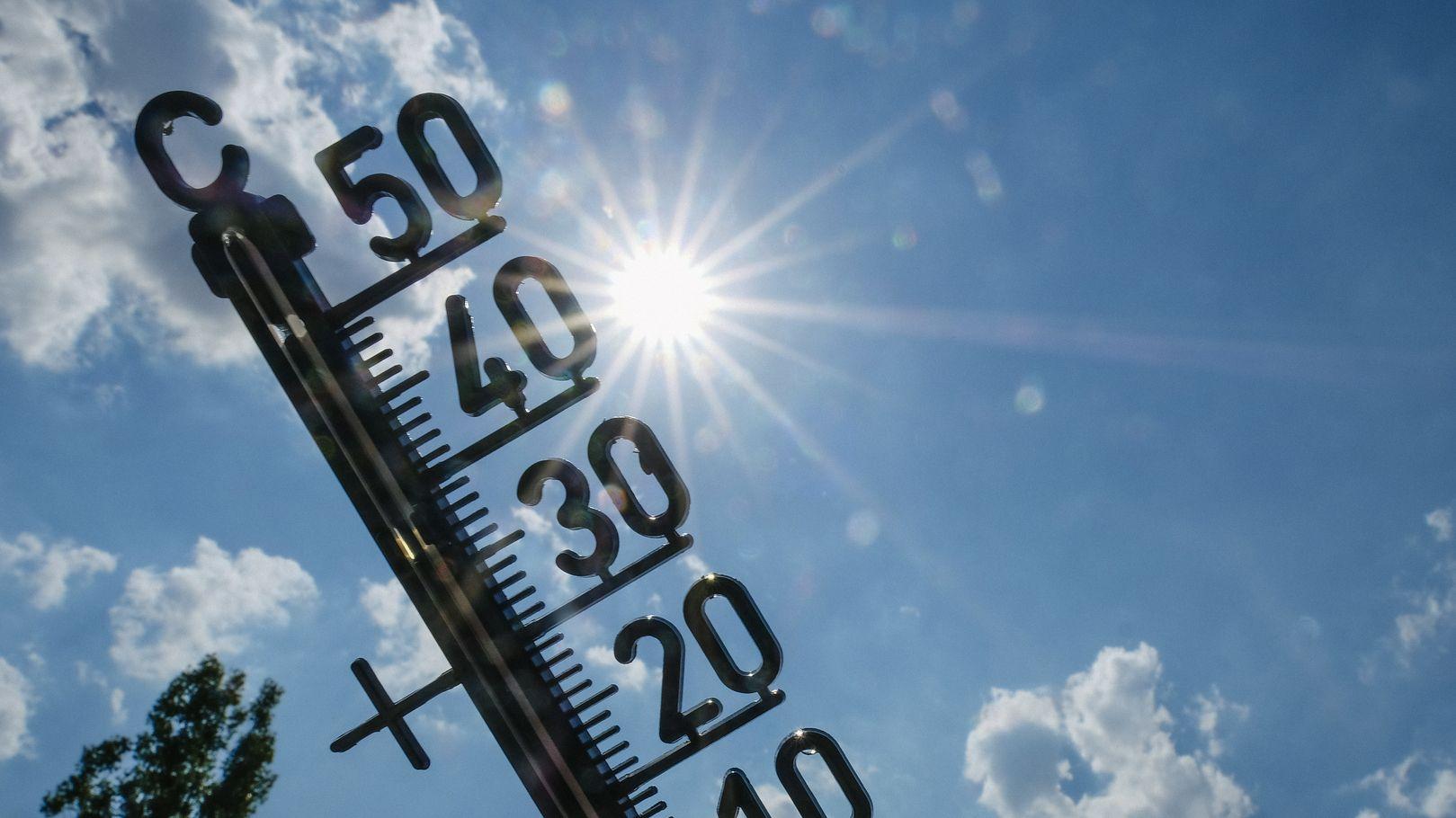 Ein Thermometer steht in der Sonne.
