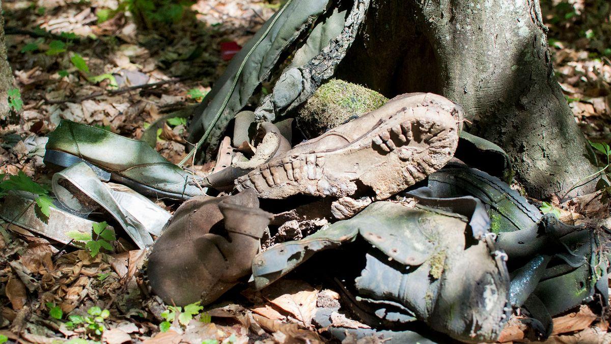 Gefundene Schuhe im Wald