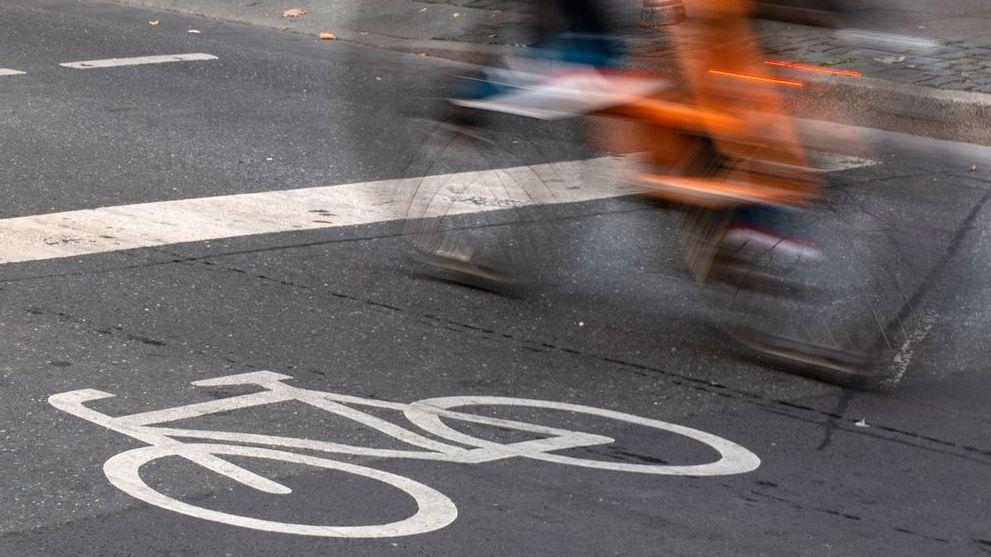 Rademblem auf Straße