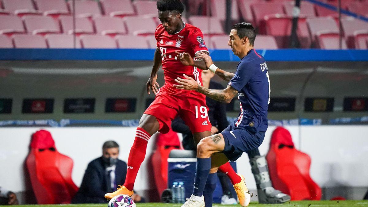 Bayerns Alphonso Davies setzt sich gegen Angel di Maria durch. Bayern hat 62 Prozent Ballbesitz in der ersten Hälfte.