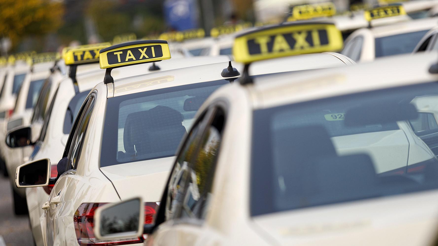 Wartende Taxis an einem Taxistand