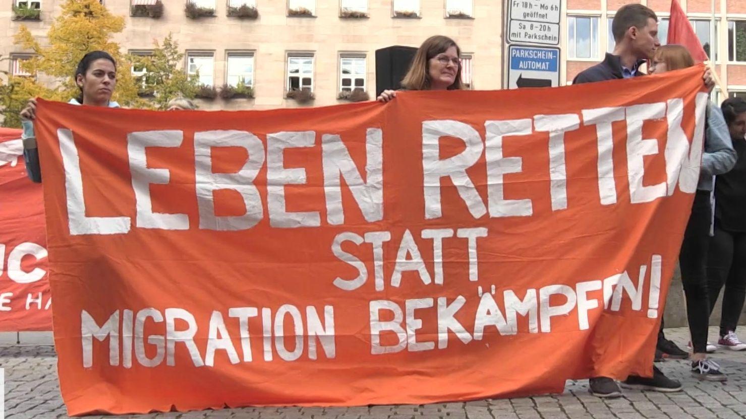 Der Verein Seebrücke in Nürnberg gegen Abschiebeflüge demonstriert.