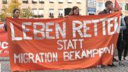 Der Verein Seebrücke in Nürnberg gegen Abschiebeflüge demonstriert.  | Bild:BR