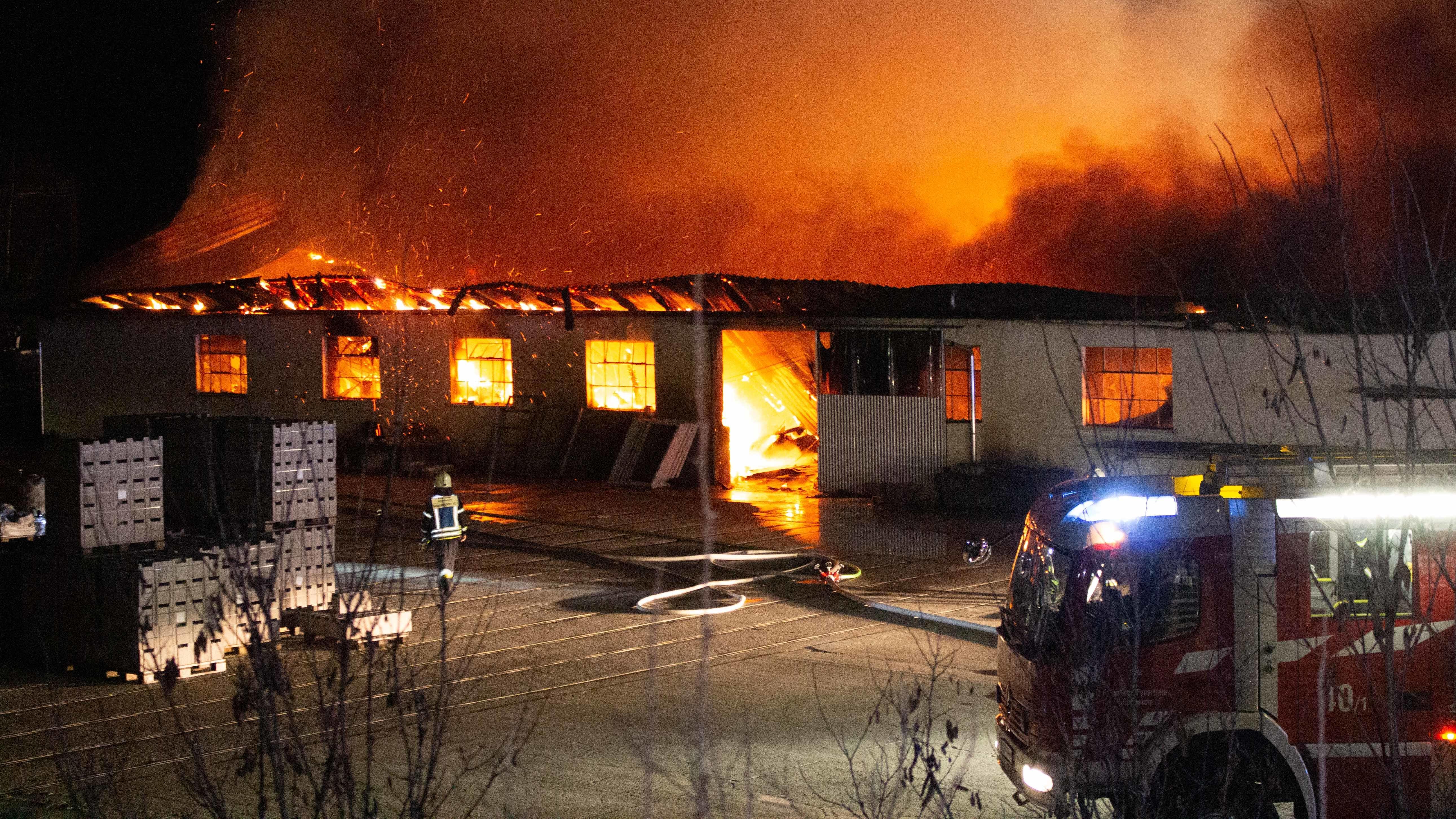 Brand in Lagerhalle im Landkreis Roth