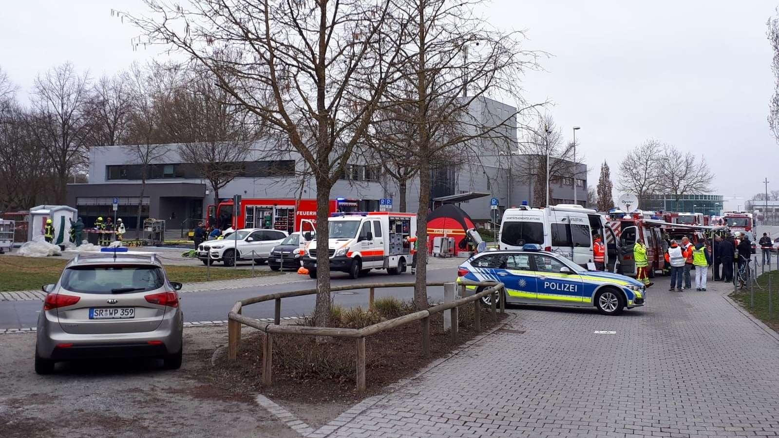 Die Polizei musste viele Straßen rund um das Stadion absperren, damit die Einsatzkräfte arbeiten können.
