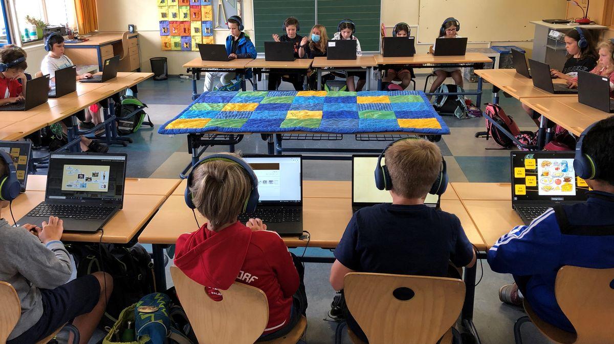 Grundschüler arbeiten am Laptop