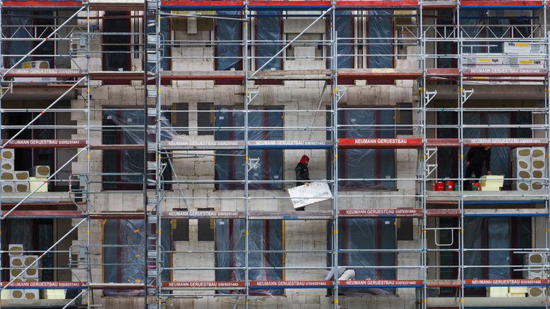 Der Rohbau eines Neubaus mit Gerüst an der Außenmauer | Bild:dpa-Bildfunk/Soeren Stache