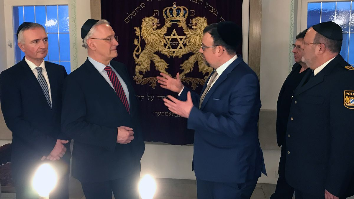 Bayerns Innenminister Joachim Herrmann (2. v. l.) im Gespräch mit dem Amberger Rabbiner Elias Dray.