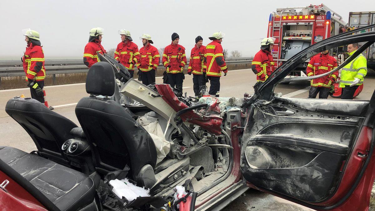 Zahlreiche Rettungskräfte befinden sich an der Unfallstelle auf der A92