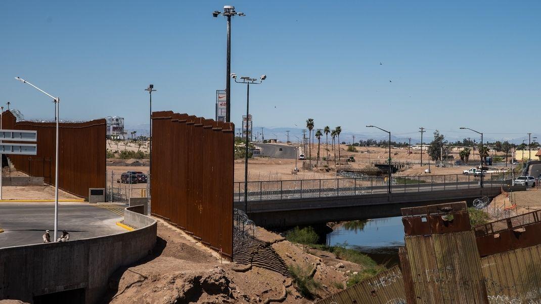 Archivbild: Mauerbau zwischen den USA und Mexiko