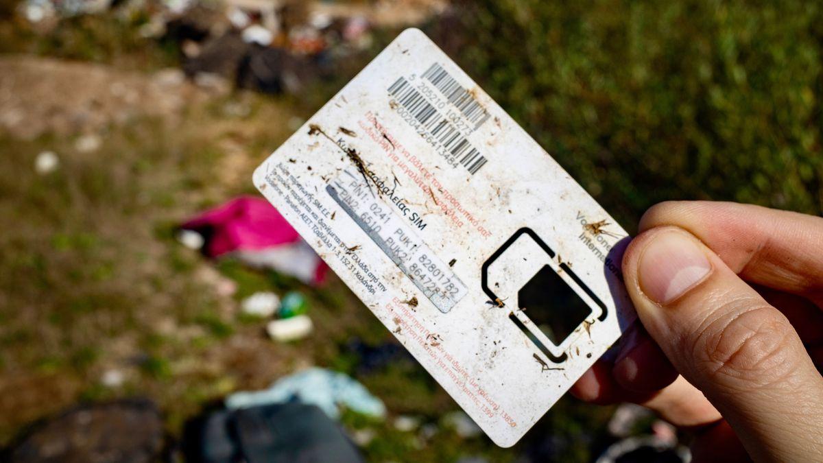 Eine griechische SIM-Karte auf der Müllhalde Bare nahe dem kroatischen Donji Lapac