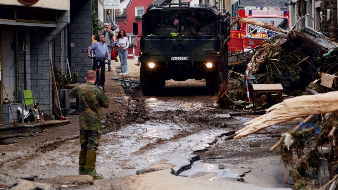 Fahrzeuge der Bundeswehr rücken in Altenahr an, um die Rettungsdienste zu unterstützen