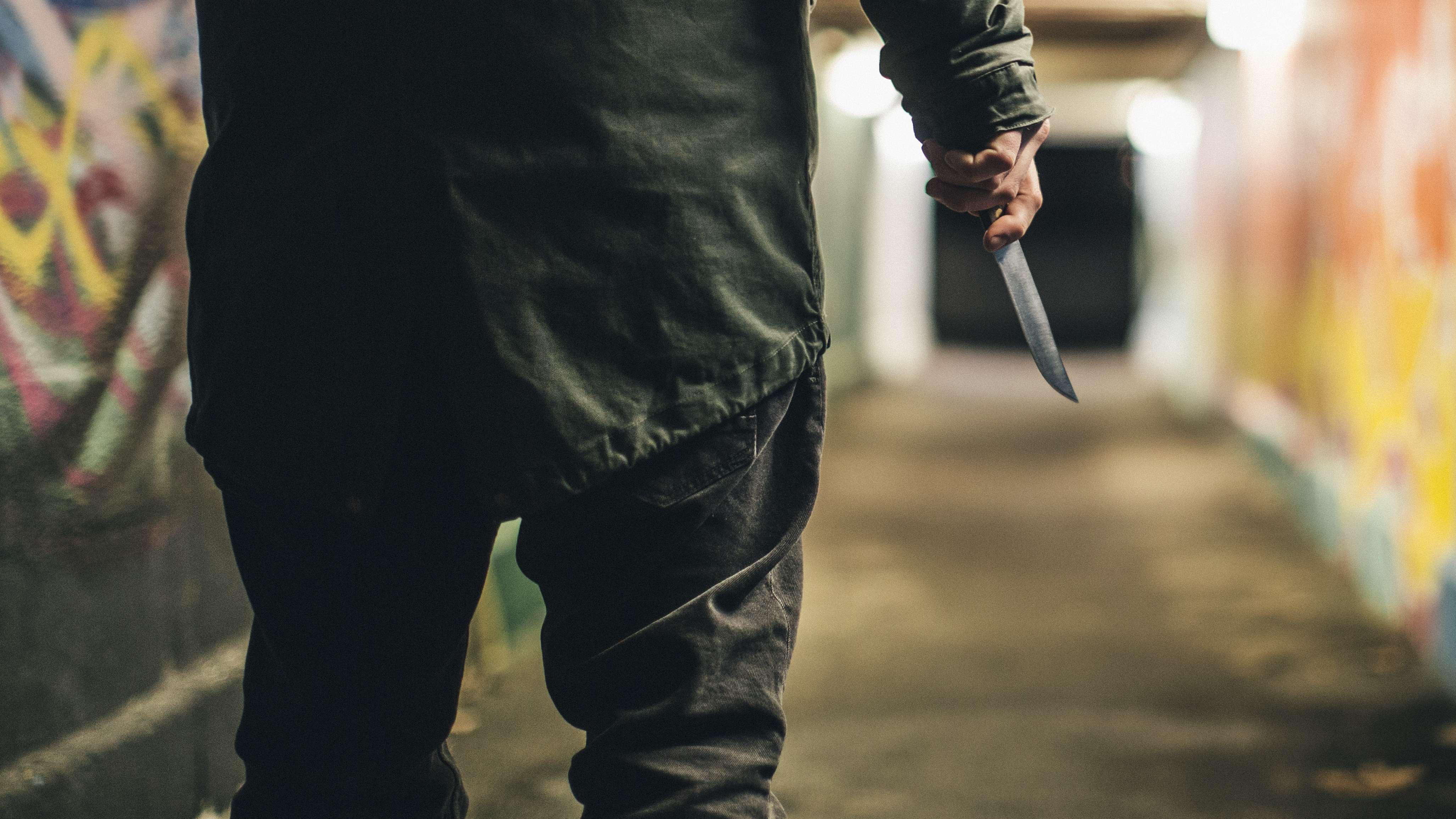 Mit Messer bewaffneter Mann