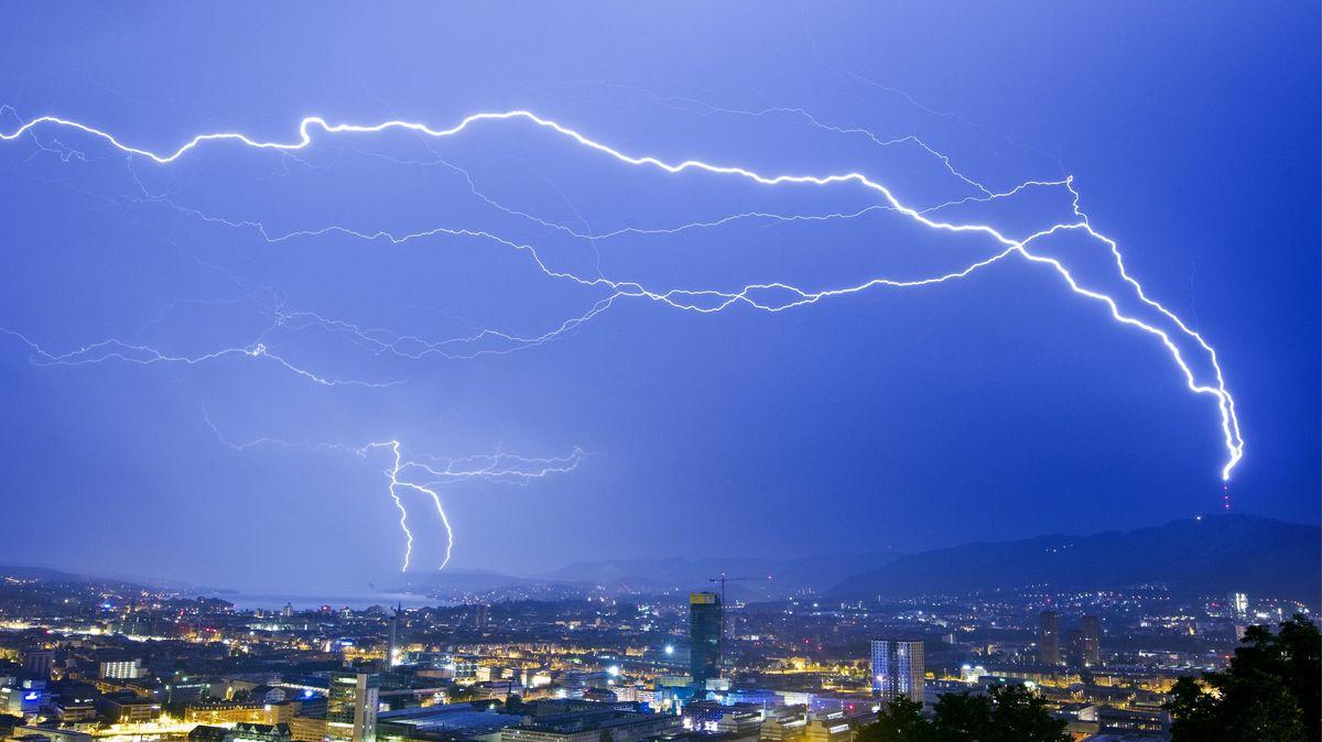 Blitzschläge bei einem Gewitter über Zürich.