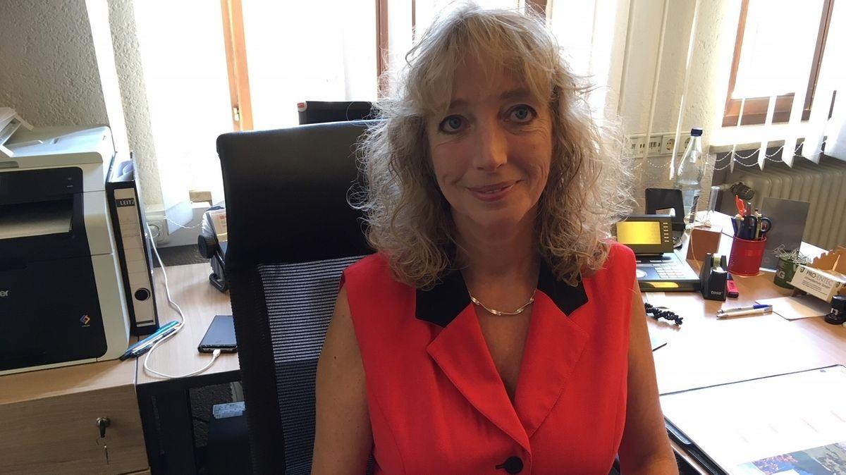 Sandra Bonnemeier sitzt am Schreibtisch.