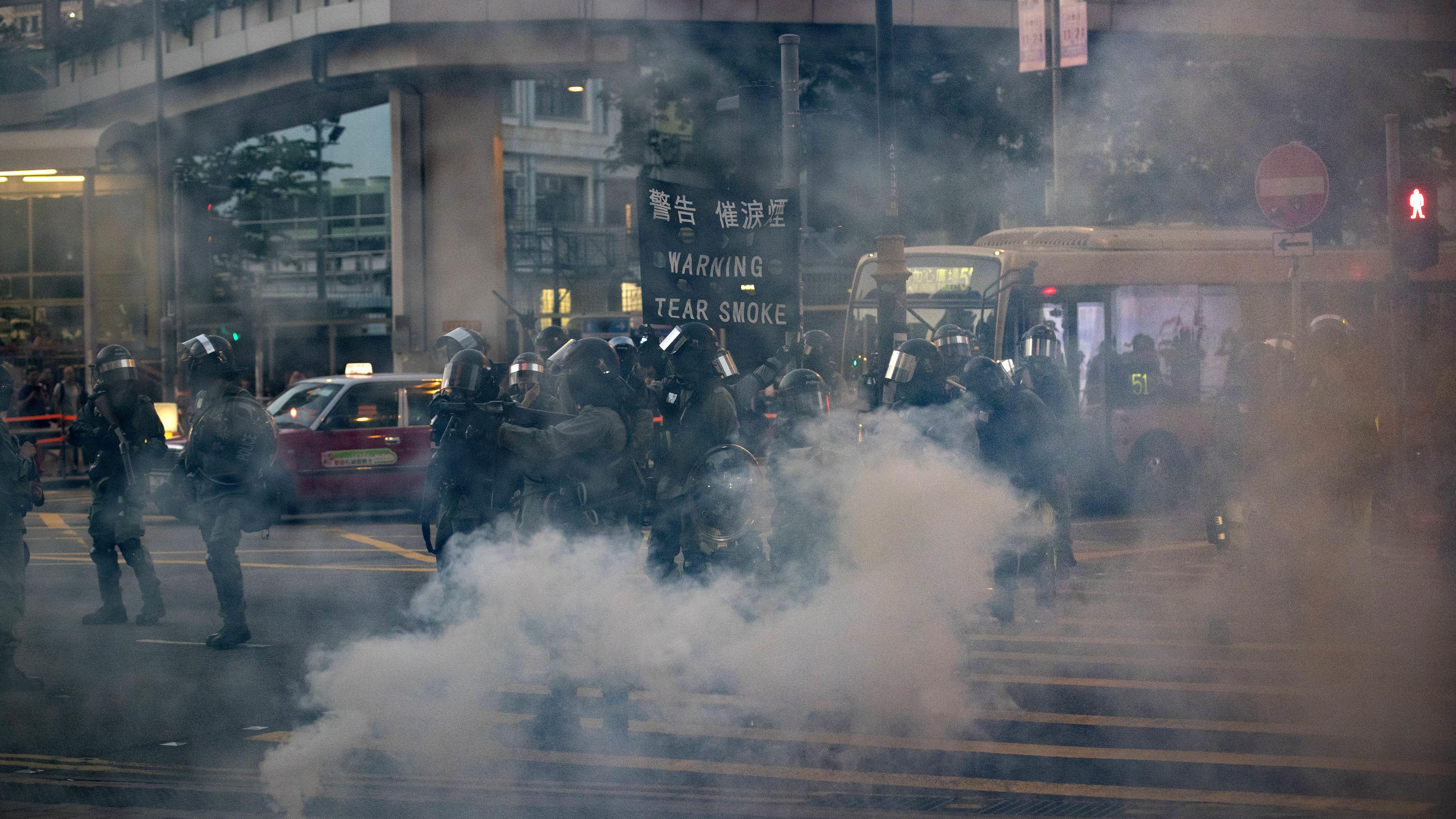 Tränengas, Brandsätze, Pfeile - erneut eskalieren die Proteste in Hongkong.