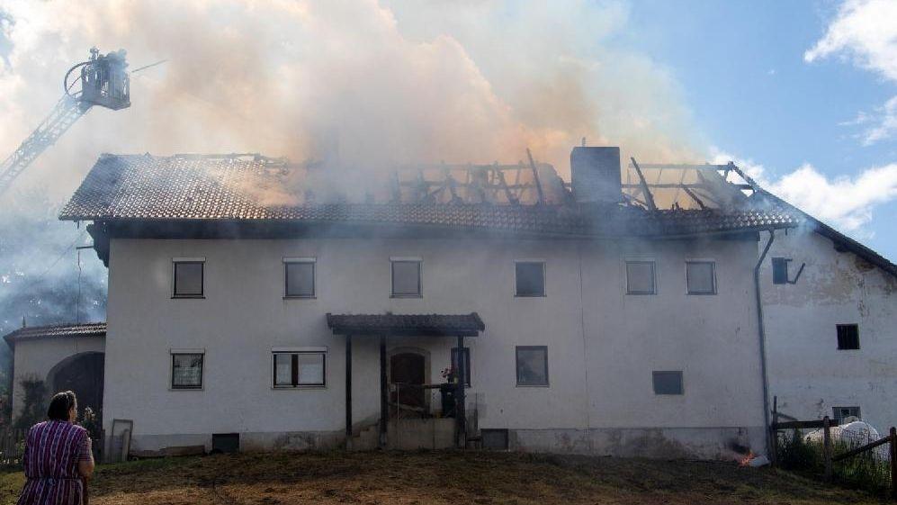 Älteres Bauernhaus bei Windorf steht in Brand