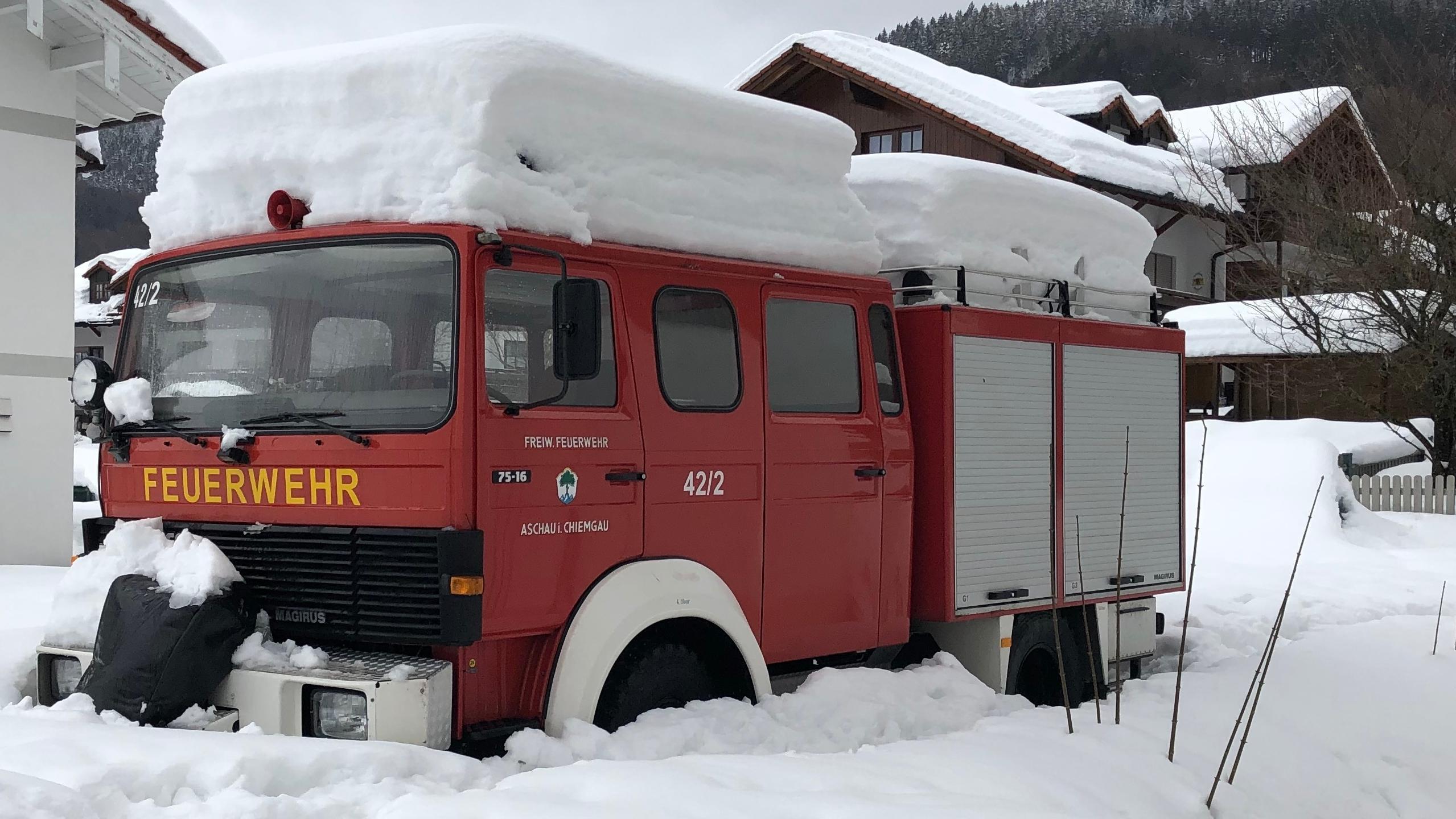 Eingeschneites Feuerwehr-Fahrzeug in Aschau