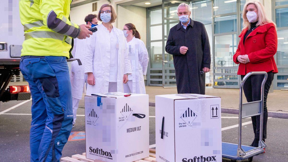 Bayerns Gesundheitsministerin Melanie Huml (rechts) und Innenminister Joachim Herrmann (2. von rechts) haben am Samstag (26. Dezember) an einem zentralen Lagerstandort in Erlangen eine erste Teillieferung der für Bayern bestimmten Impfdosen gegen das Coronavirus entgegengenommen.