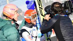 Karl Geiger (links) und Weltmeister Markus Eisenbichler (Mitte) vor einer Kamera | Bild:imago/Newspix