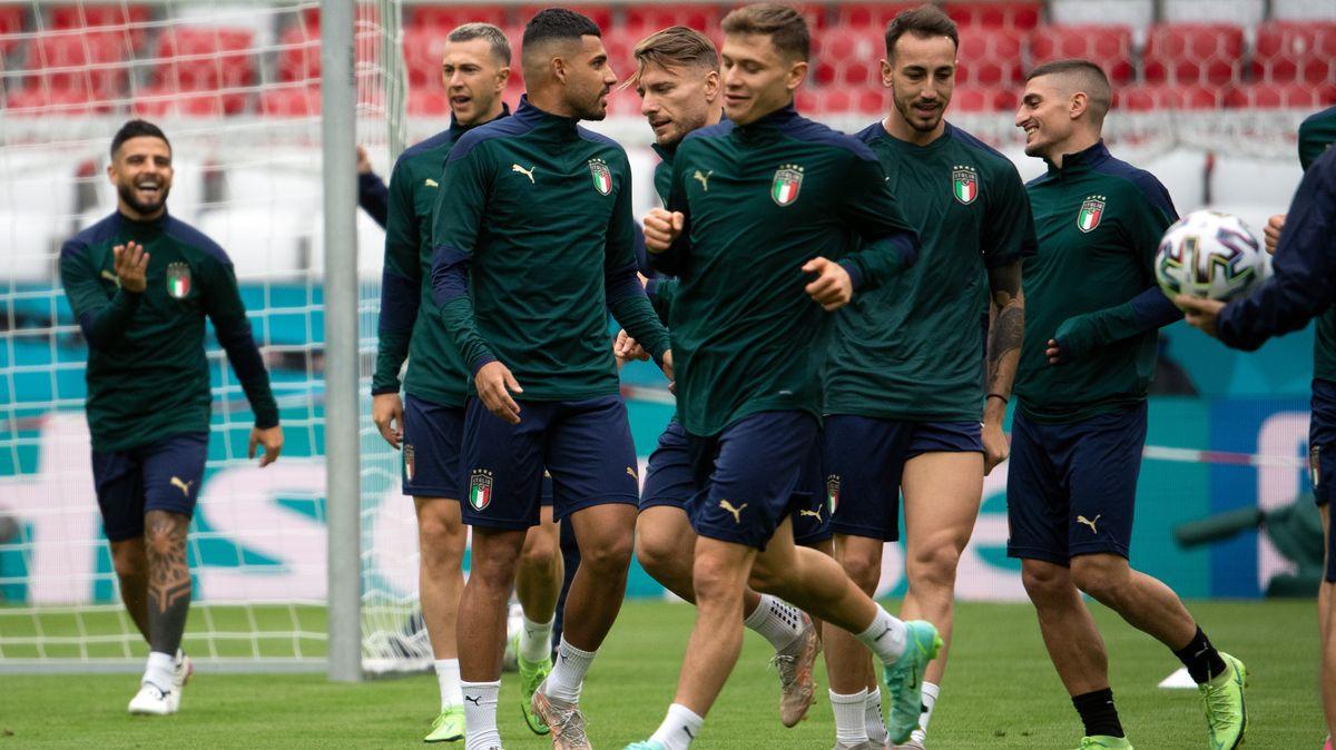 Italiens Spieler beim Training in der EM Arena München- in blaugrünen Trikots und mit sehr entspannten Gesichtern, im Hintergrund das Tor.