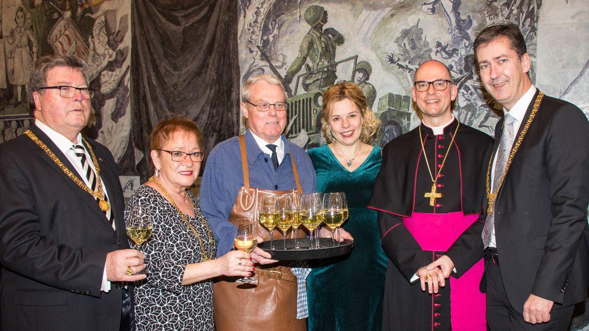 vom links nach rechts: Bürgermeister Adolf Bauer, Bürgermeisterin Marion Schäfer-Blake, Ossi Endres, Eva-Maria Bast, Bischof Franz Jung, Oberbürgermeister Christian Schuchardt