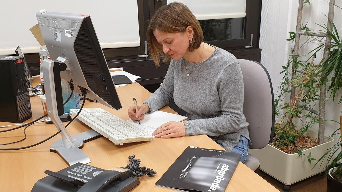 Gerichtsreporterin Ulrike Löw an ihrem Arbeitsplatz