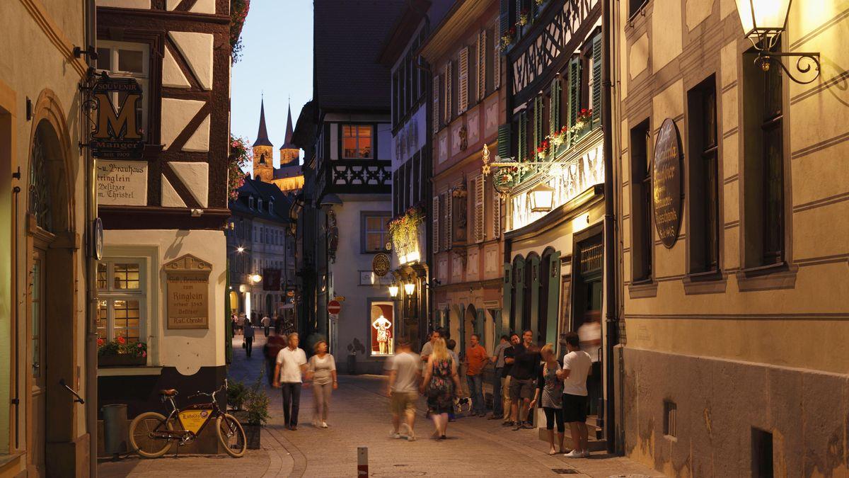 Die Obere Sandstraße in Bamberg, im Hintergrund die Michaeliskirche