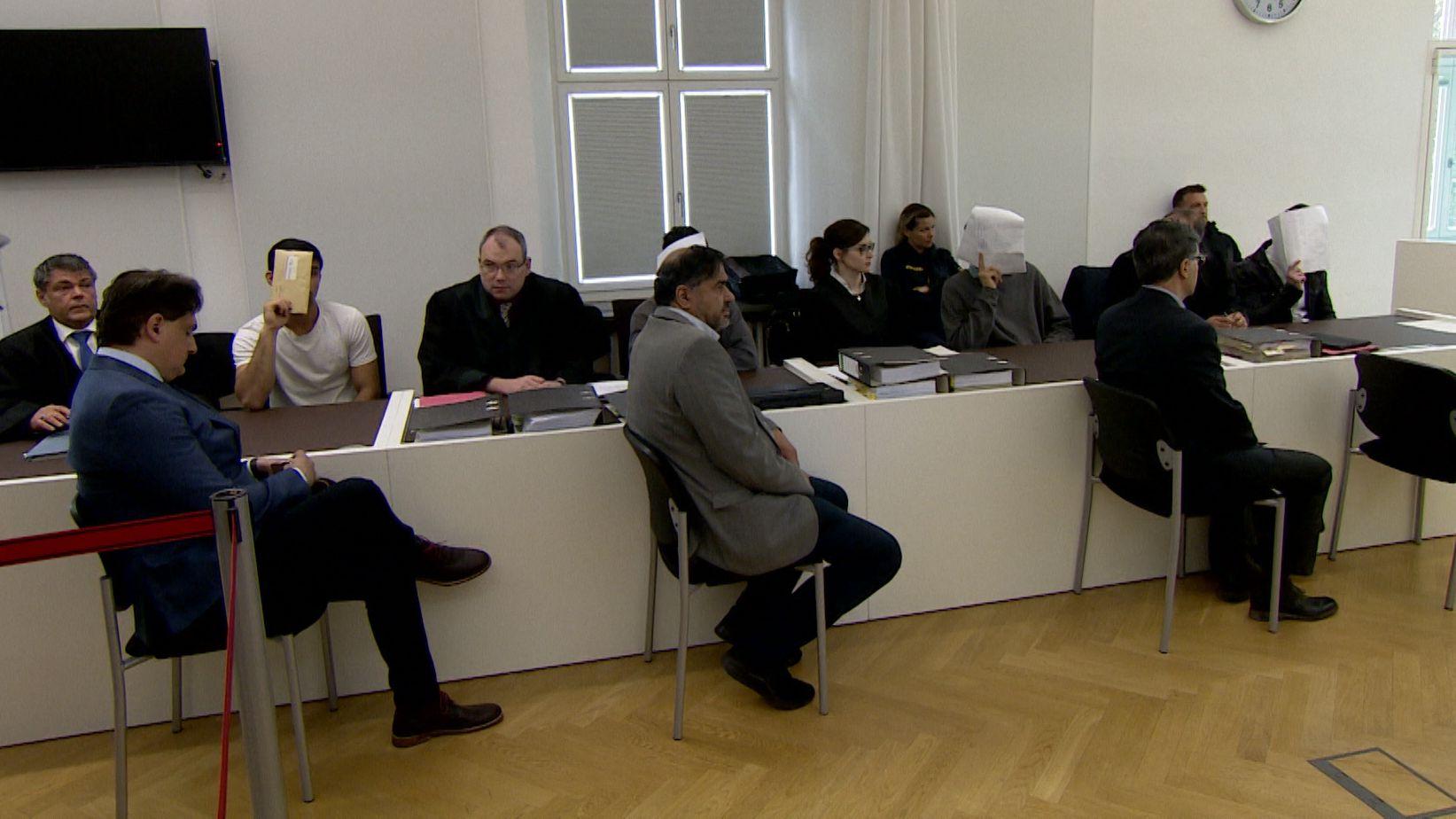 Ein halbes Jahr nach der Prügelattacke in Amberg sind vier junge Asylbewerber heute vor dem Amtsgericht verurteilt worden.