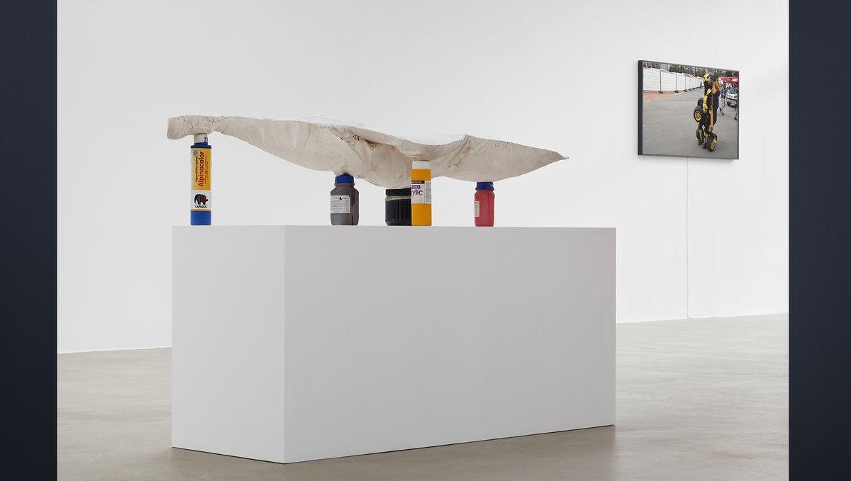 Leicht ruht der Gipsabdruck von Lars Eidingers Torso auf verschieden hohen Farbflaschen auf einem weißen Sockel.