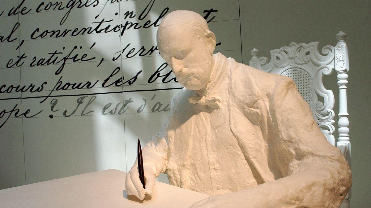 """Eine Skulptur zeigt den Gründer des Roten Kreuzes, Henry Dunant, bei der Niederschrift seines Buches """"Eine Erinnerung an Solferino""""."""