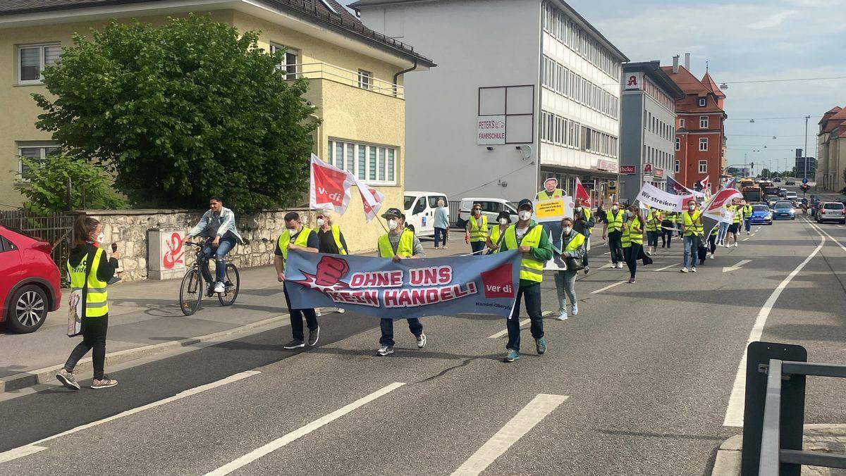 Wegen Corona demonstriert nur eine kleine Gruppe von Beschäftigten aus Niederbayern und der Oberpfalz in Regensburg für höhere Gehälter