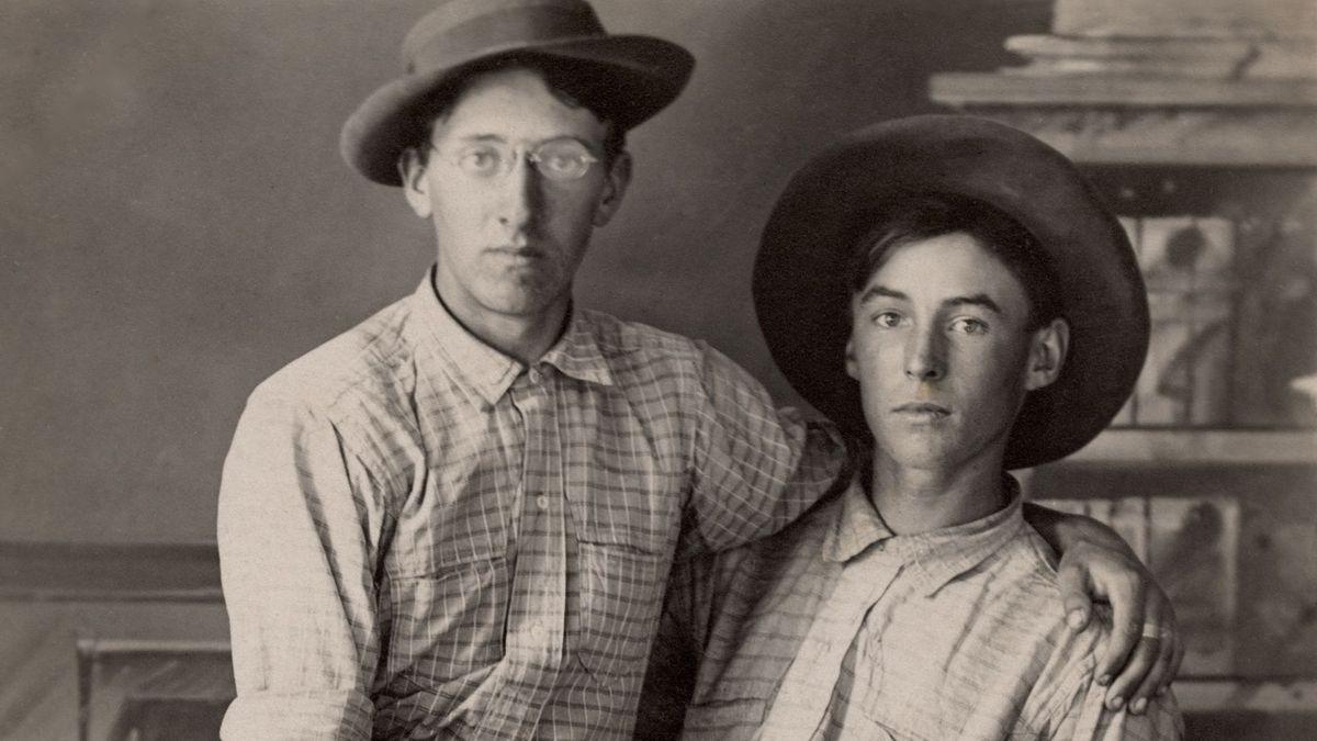 Zwei junge Männer umarmen sich