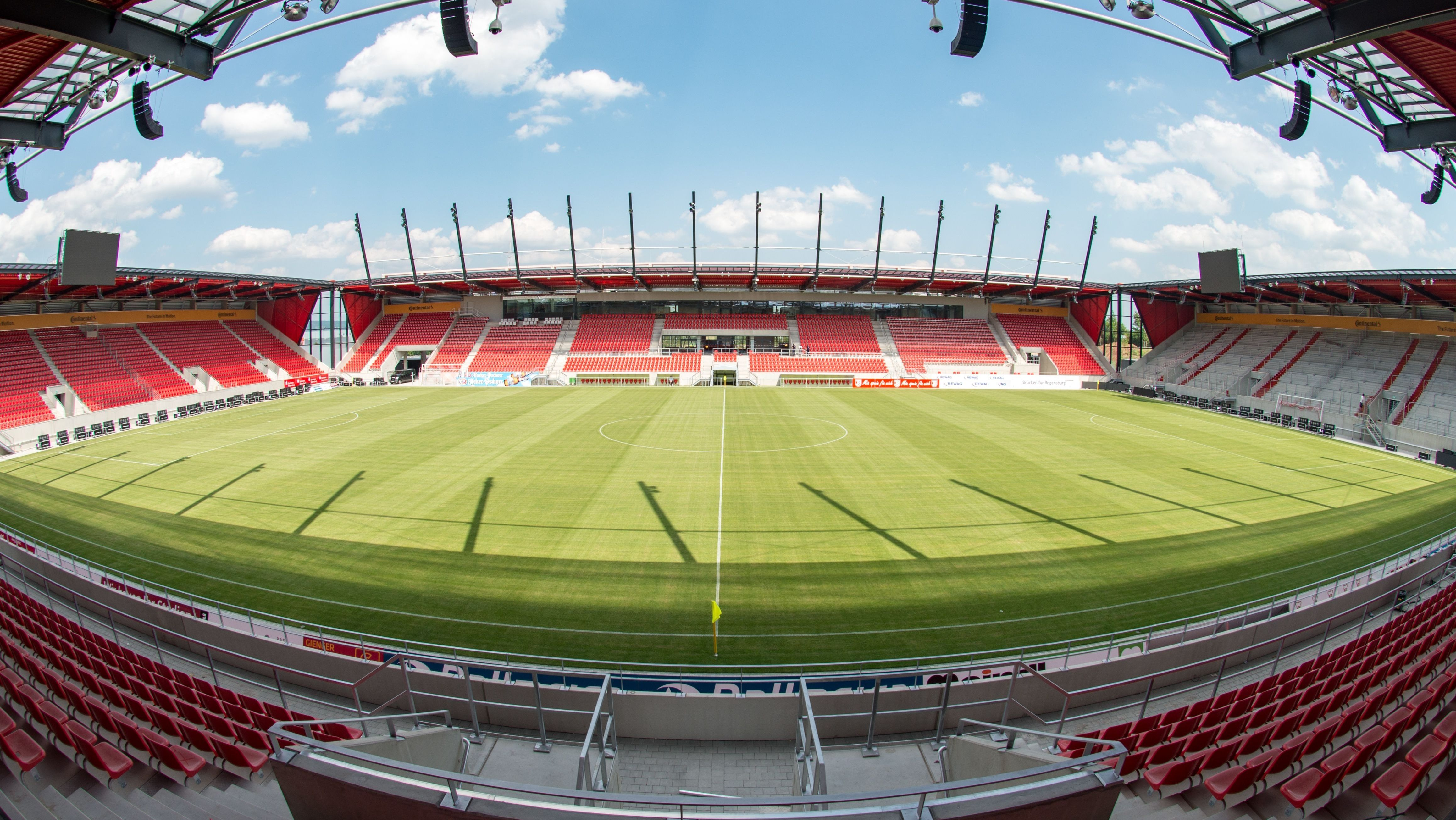 Innenansicht des Regensburger Fussballstadions