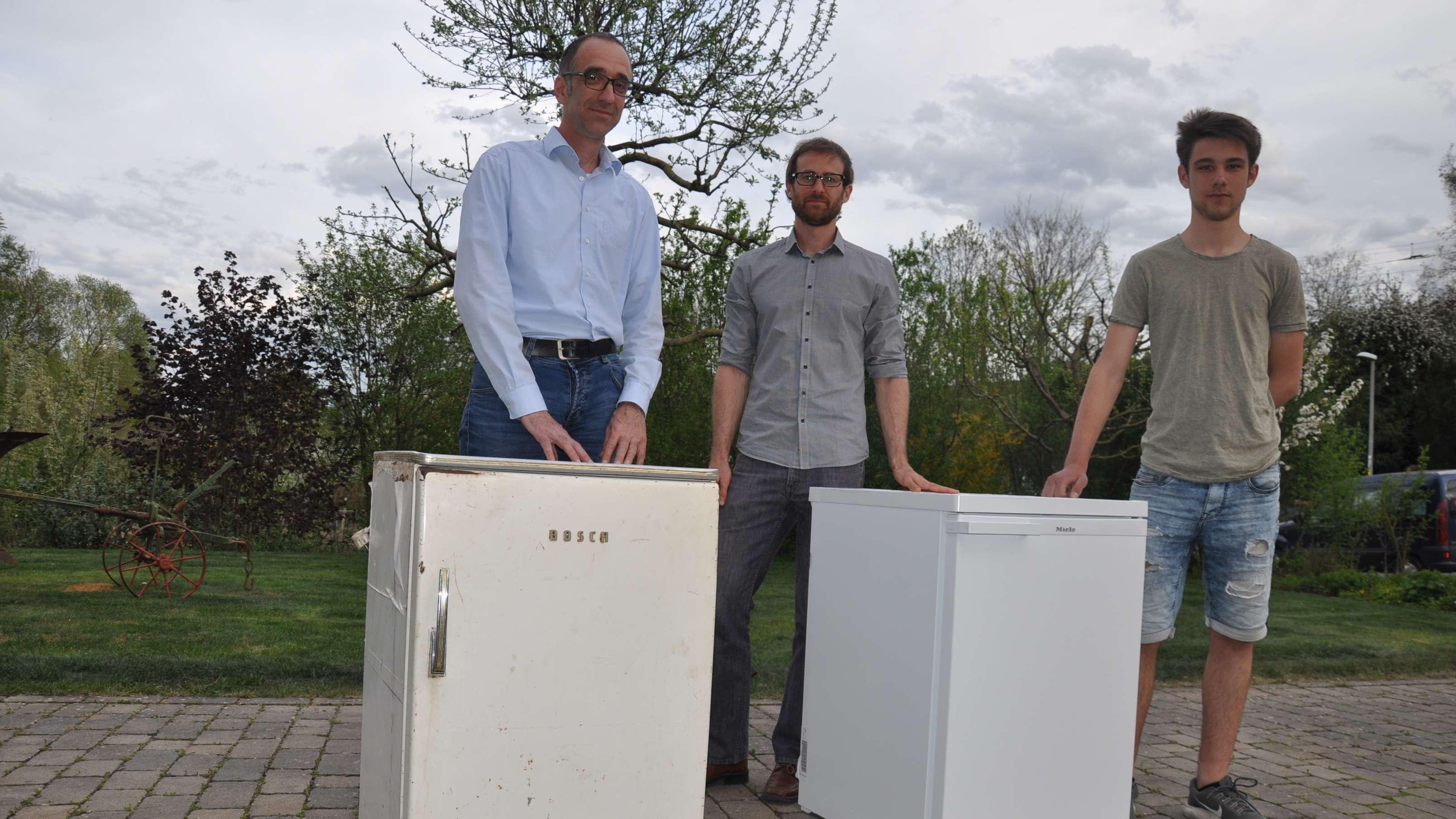 Alt gegen Neu: Karlheinz Paulus (v.l., Energieagentur Unterfranken) und Michael Kohlbrecher übergeben den neuen Kühlschrank an Leon Keller