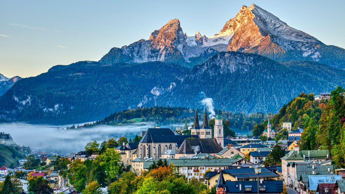 Der Watzmann und die Stadt Berchtesgaden in den bayerischen Alpen