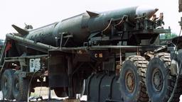 Eine Pershing II-Mittelstreckenrakekte auf einer fahrbaren Abschussrampe, aufgenommen im Juni 1988 auf dem Militärgelände Redstone Arsenal in Alabama   Bild:picture-alliance / dpa / afp