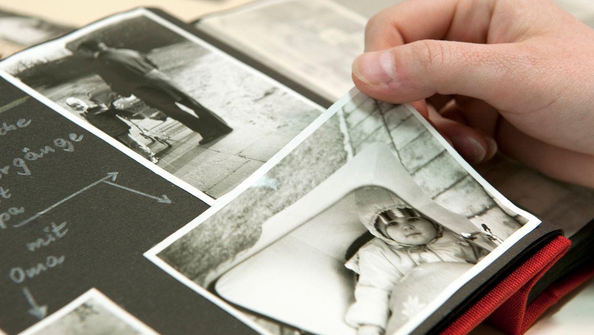 Altes Foto-Album mit schwarz-weißem Baby-Foto