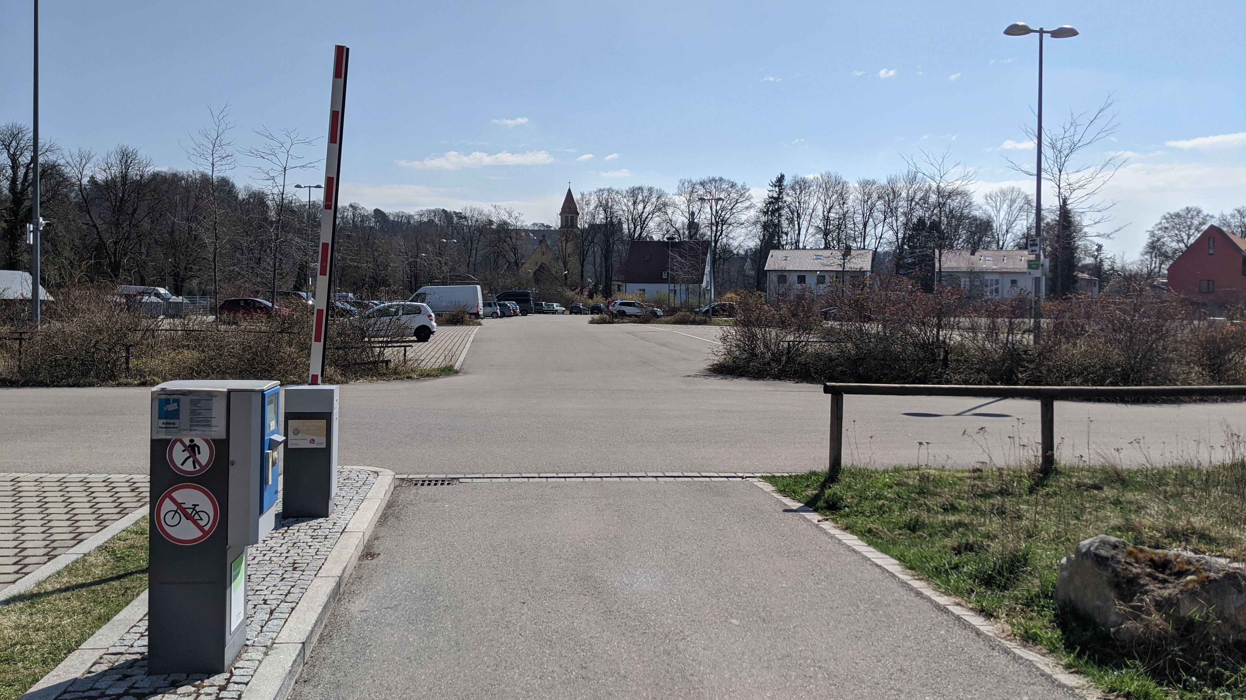 Geöffnete Schranke an der Waitzinger Wiese in Landsberg am Lech