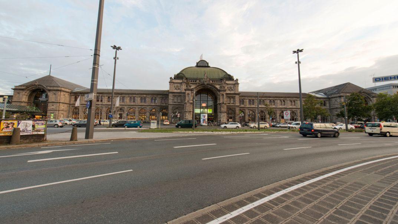 Straße vor dem Nürnberger Hauptbahnhof und parkende Autos auf dem Vorplatz.