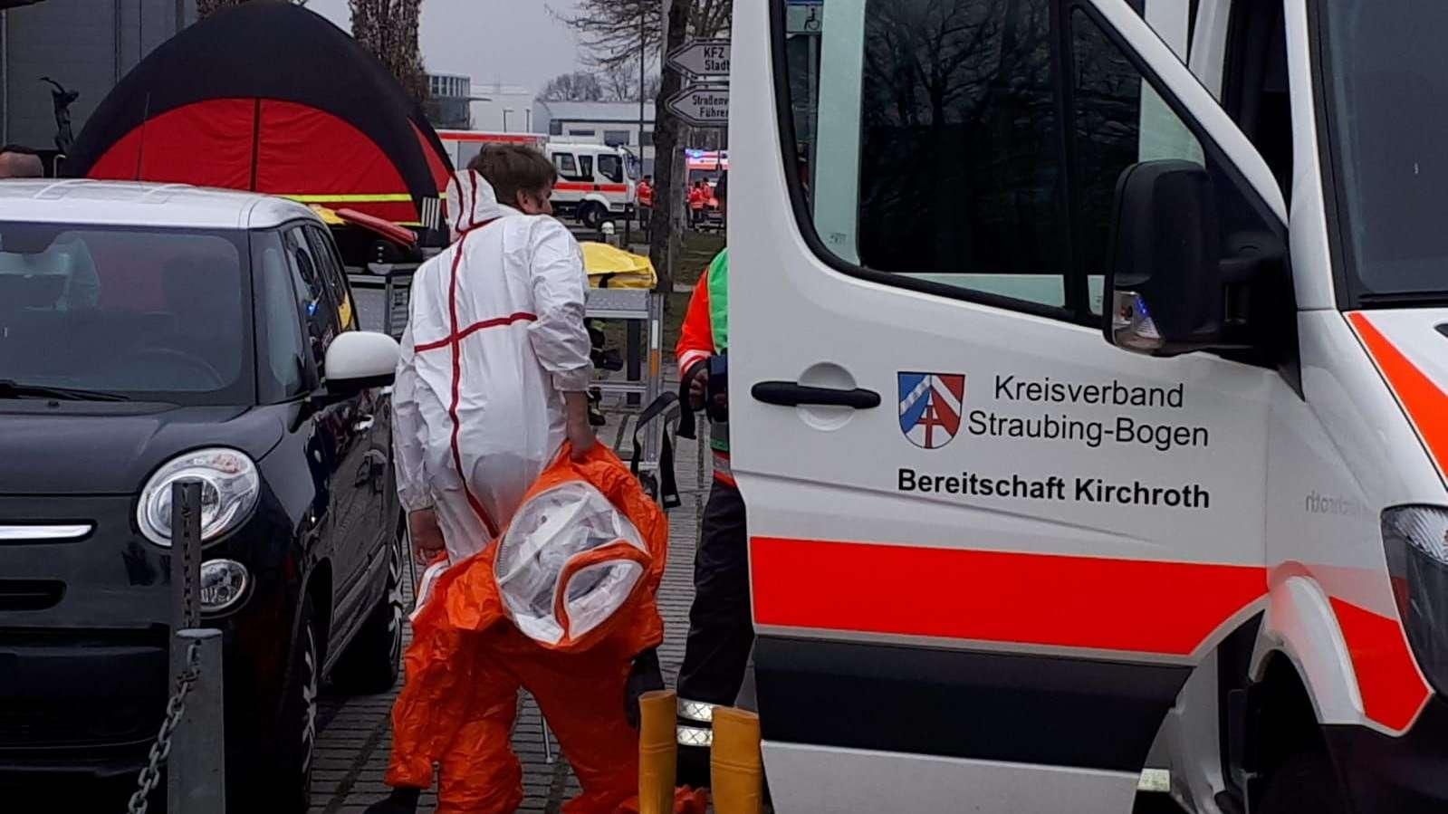 Viele Rettungskräfte sind wegen des Ammoniakaustritts am Straubinger Eisstadion im Einsatz.