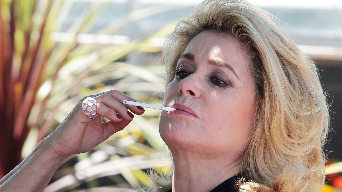 Die Schauspielerin mit Zigarette